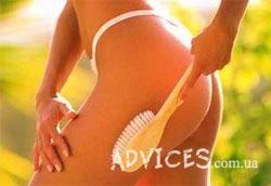 Антицеллюлитный массаж при помощи специальной щетки