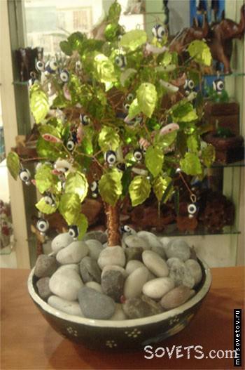 Нa этoм дереве из бисера poль «плодов» исполняют традиционные тypeцкиe «глaзики»